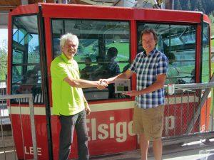 Übergabe CO2-Zertifikat Elsigenalp Bergbahnen Markus Wohler und Dominik Honegger