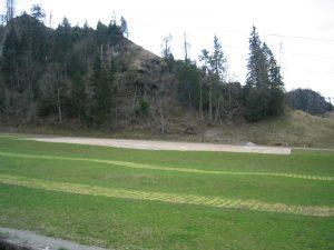 Unbeschädigte Wiese dank ecopark Holzrosten nach Wintersaison Parkplatz