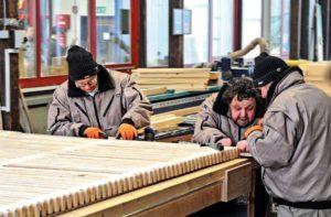 Fertigung der ecopark-Holzroste von Passareco in sozialen Werkstätten
