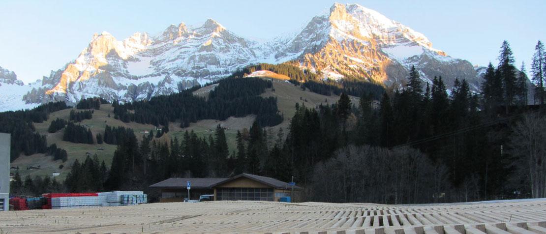 Adelboden Winterparkplatz mit Holzrosten