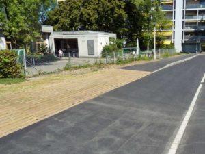 Temporäre Bushaltestelle auf Grünfläche