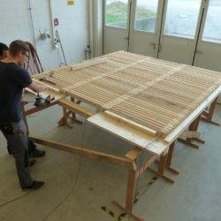 Ein neuer ecopark Holzrost wird zusammengebaut