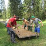 ecotruck Verlegen Team mit 6 Leuten durch Wald
