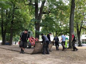 Petersplatz Basel Verlegen Holzroste für Herbstmesse