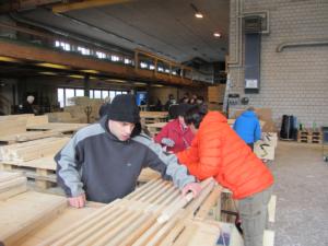 Halbzeit Fertigstellung 1740 Holzroste-Fertigungsprozess