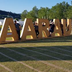 Das ETF steht buchstäblich auch Passareco. Grosse Holzbuchstaben -AARAU, stehend auf ecopark Holzrosten von Passareco