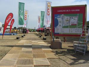 Lakelivefestival 2019 - Eingangsbereich - mit ecoplate. Holzroste für nachhaltigen Bodenschutz von Passareco.