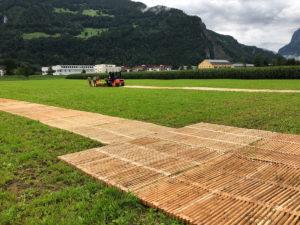 Aufbau der ecopark Holzroste von Passareco auf dem temporären Wiesenparkplatz an der Zigermeet 2019 in Mollis