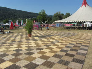 Lakelivfestival 2019 in Biel, Festplatz mit Holzrosten ecoplate von Passereco vor der Zeltbühne