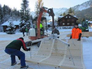 Das Verlegen von ecopark Holzrosten von Passareco mit Maschine in Morgins.