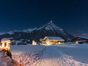 Weihnachtsweg Aeschi bei Spiez im Berner Oberland von Ferne