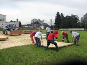 Verlegen eines Parkplatzes mit Holzrosten für das Spital SRO in Langenthal auf der Wiese