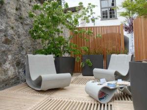 Gartensitzplatz mit ecoplate Holzrosten für den Boden und ecowall als Sichtschutzwand, Sitzecke mit Sitzmöbeln